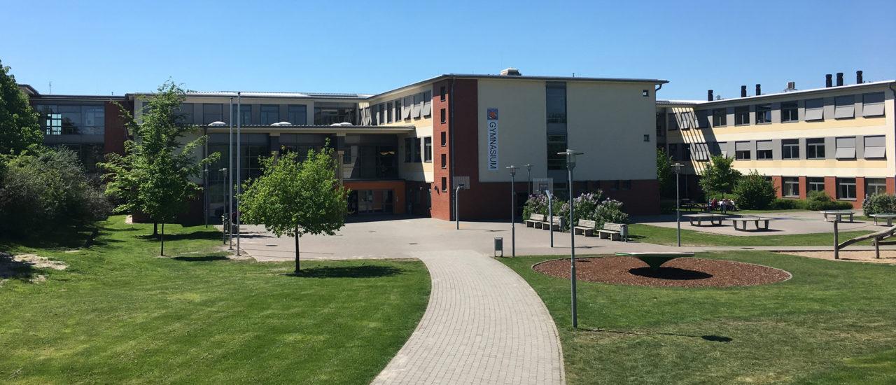 Schulhof, Gebäude